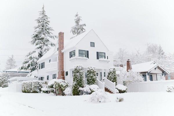Haus-mit-Schnee-im-Winter-bei-TagGbOal1htPhRdM