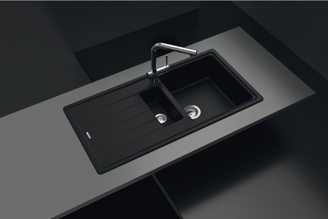 Schwarze-Dekoration-Aufbausp-le-schwarz-mit-Abtropfbecken